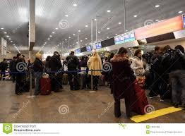 bureau d enregistrement virages au bureau d enregistrement à l aéroport photo stock