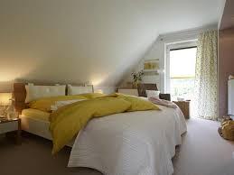 schlafzimmer mit dachschrge gestaltet schlafzimmer unterm dach bedroom dachs