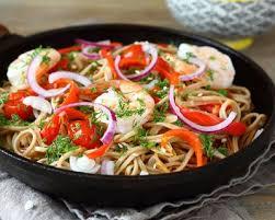 recette cuisine wok recette nouilles sautées aux crevettes et légumes au wok facile