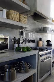 beton ciré mur cuisine le rangement mural comment organiser bien la cuisine etagere