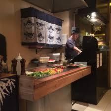 cuisine plaque cuisine sur plaque chauffante devant les clients photo de