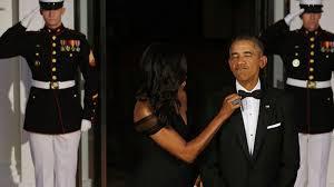 Meme Michelle Obama - michelle obama fixes barack s bowtie becomes meme