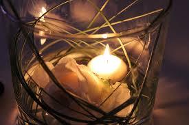 composizione di candele centrotavola di matrimonio con candele e fiori idee per tutti i