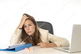 recherche ordinateur de bureau femme d affaires souffrant de stress au bureau d ordinateur de