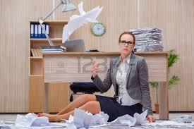 sous le bureau de la secretaire homme d affaires assis dans le bureau fatigué banque d images et