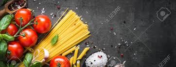 cuisiner pates pâtes l huile d olive épices et tomates ingrédients pour cuisiner