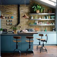 idee deco cuisine vintage une cuisine industrielle bleu gris avec des chaises hautes atelier
