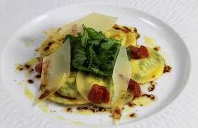 cuisiner des ravioles recette de ravioles farcies aux herbes et ricotta par académie du goût