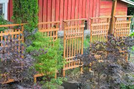 traliccio legno traliccio di legno riguarda recinzione rossa granaio