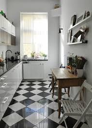 cuisine moderne noir et blanc cuisine noir et blanc design avec mur en carrelage m tro newsindo co