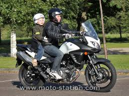 quel age sans siege auto transporter un enfant à moto ou scooter part 1 la loi le code