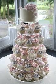 hochzeitstorte cupcakes idee oben torte unten cupcakes in verschiedenen