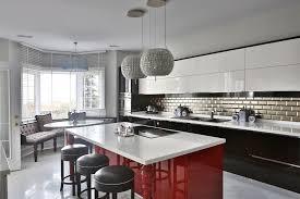cuisine au milieu de la cuisine plan de travail cuisine stratifie fonctionnalies milieu