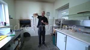 mouvement cuisine un fabricant de pizza prépare la pizza dans la cuisine du