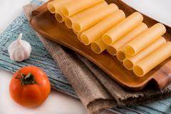 cuisine italienne cannelloni pâtes crues de cannelloni sur la planche à découper et les