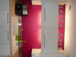 cuisine blanche mur framboise décoration cuisine couleur framboise exemples d aménagements