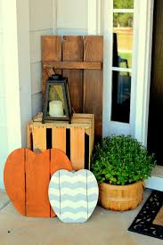 Halloween And Fall Decorations - early fall halloween front porch with wood pallet pumpkins