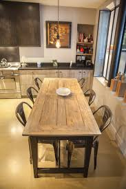 joseph cuisine design dans la partie coin repas de la cuisine sol en béton ciré