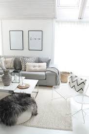 hellgraues sofa farbgestaltung wohnzimmer weiße wände heller teppich hellgraues
