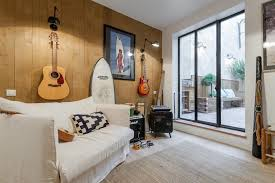 mur de chambre en bois ambiance surf et rock n roll dans cette chambre au mur en bois