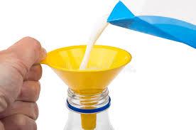 entonnoir de cuisine lait se renversant dans la bouteille avec l entonnoir de cuisine d