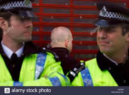 si e front national britische polizisten umgeben einen verhaftet skinhead während einer