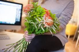 livraison de fleurs au bureau la livraison de fleur au bureau femme heureuse tenant le beau