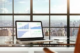 bureau des statistiques statistiques financières sur l écran d ordinateur portable sur la