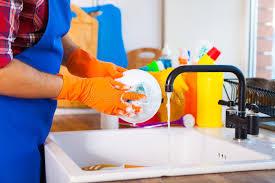 nettoyer cuisine l homme fait nettoyer la cuisine le homme fait la vaisselle