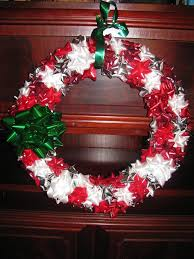 red and gree bow christmas wreath