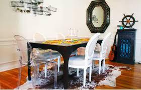 chaise medaillon transparente une salle à manger tradi chic revisitée avec tapis peau de vache