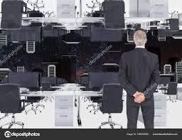 bureau inversé homme d affaires permanent au bureau inversé photographie