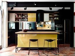 cuisine noir et jaune ambiance accueillante et conviviale dans une cuisine jaune design
