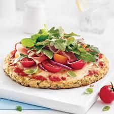 cuisine chou pizza insalata au jambon serrano sur pâte de chou fleur recettes