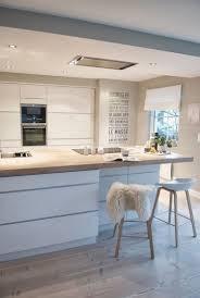 cuisine bois blanche mod le de cuisine contemporaine blanche et bois pour apparier