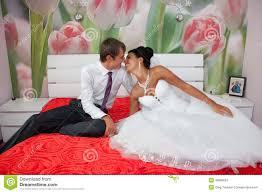 chambre pour nouveau marié marié et mariée dans une chambre à coucher image stock