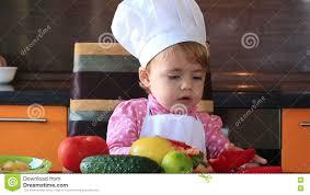 maman et fille dans la cuisine préparant la salade banque de