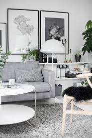 hellgraues sofa skandinavischer stil graues sofa grauer teppich weißer tisch