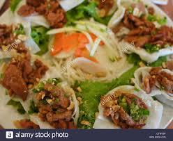 vietnamesische küche vietnamesische küche gehackte rindfleisch garnelen chips stockfoto