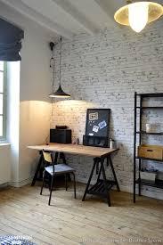 tapisserie bureau coin bureau avec poutres apparentes repeintes en blanc et papier