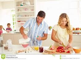 cuisine famille parents préparant le petit déjeuner de famille dans la cuisine