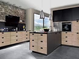 cuisine en bois massif moderne cuisine design avec mélange de laque noir satinée avec du bois