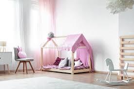 chambre du vide chambre à coucher de filles avec le cheval de basculage image