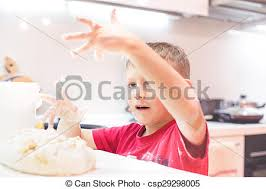 jouer a la cuisine garçon peu pâte jouer cuisine debout garçon peu