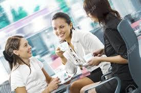 image pause café bureau portrait de jeunes jolies femmes ayant pause café dans l