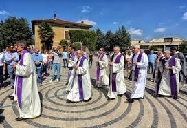 parrocchia ghiaie di bonate il popolo delle ghiaie una folla per l addio ad adelaide corriere it