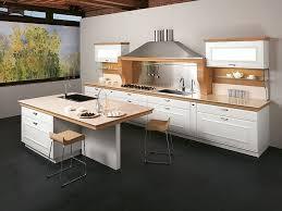 weiße küche mit holz küchenzeile mit insel weiß kombiniert mit hellem holz