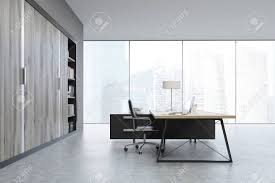 bureau du directeur vue de côté d un bureau de directeur général avec de grandes portes