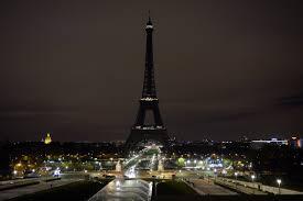 paris attcks eiffel tower goes dark as france mourns 129 dead