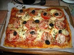 cuisiner une pizza pizza chorizo chèvre recette ptitchef